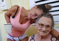 Grims vecmāmiņai: mazmeitiņa pastrādāja ar vecmāmiņu, un tagad viņa noteikti neizskatās 81 gada veca