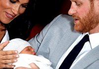 Megana Mārkla un princis Harijs steigā izved dēlu no Lielbritānijas